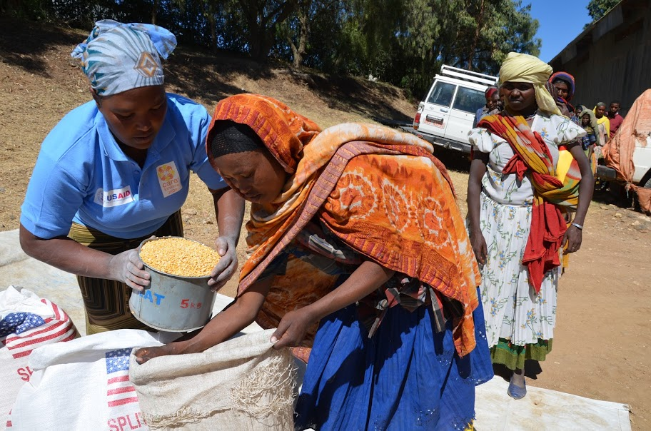 Kimiya Amedu (26), was one of hundreds of people to receive food rations at a monthly distribution organized by CARE in collaboration with the Ethiopian government in December 2015. Photo: Anders Nordstoga/CARE.