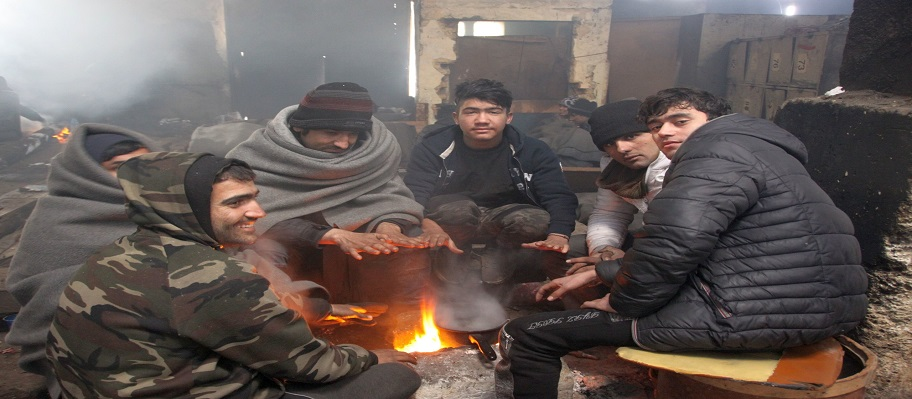 Stranded refugees face freezing temperatures